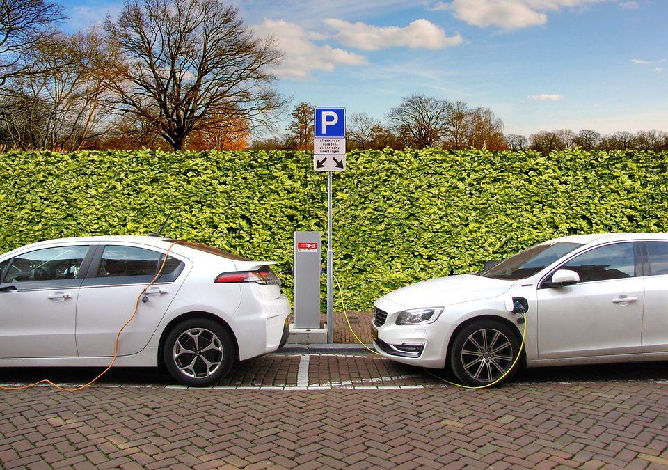 Bloomberg informa del crecimiento de las ventas de coches eléctricos de un 63% a nivel mundial.